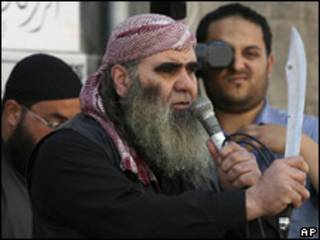 Manifestante salafista durante protesto na Jordânia (Foto: AP)