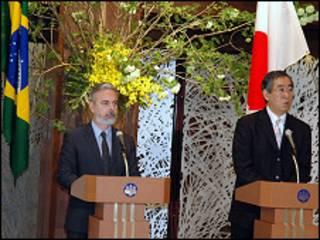 O ministro Antonio Patriota e o chanceler japonês, Takeaki Matsumoto (Foto: Ewerton Tobace/ BBC Brasil)