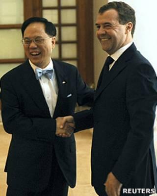 曾蔭權(左)在香港禮賓府迎接梅德韋傑夫(17/4/2011)