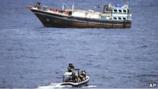 荷蘭海軍(下方)與索馬里海盜(03/04/2011)