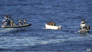 عملية مطاردة قراصنة قرب السواحل الصومالية