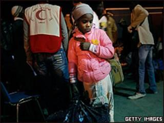 Filha de imigrante espera embarque em navio para sair de Misrata (Getty)