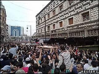 Manifestantes protestam durante funeral em Homs, na Síria (Reuters)
