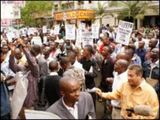 Raia wa Kenya wakiandamana kupinga bei ya Petroli