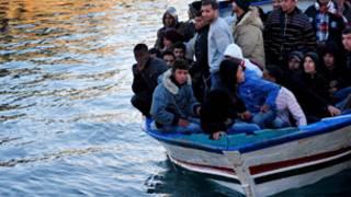 مهاجرون من شمال افريقيا على متن قارب متوجه إلى أوروبا