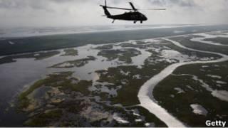 Вертолет береговой охраны облетает штат Луизиана