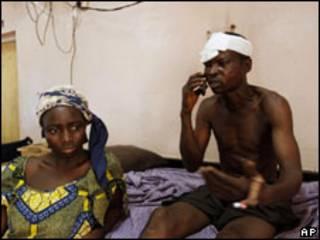 Vítima de violência recebe atendimento em hospital da Nigéria (Foto: AP)