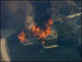 Reprodução de vídeo que mostra incêndio em casa no Texas