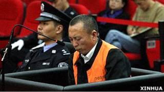 李莊在重慶江北區法院庭審上(新華社圖片19/4/2011)