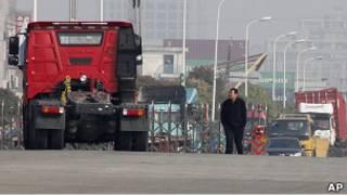 上海某港口附近的集裝箱車(23/4/2011)