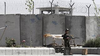 Un soldat en faction devant la prison de Kandahar