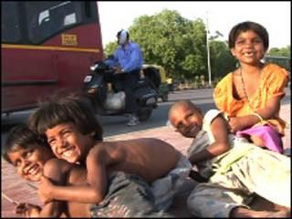 दिल्ली की सड़कों पर खेलते बच्चे