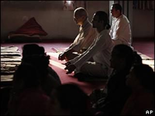Devotos nepaleses rezam em homenagem ao líder religioso Sathya Sai Baba, em Katmandu (AP)