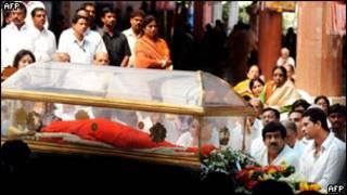 Гроб с телом Саи Баба