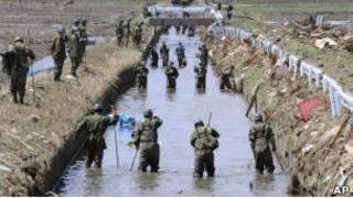 Поиски ведут солдаты