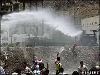 Polícia dispara com canhões de água contra manifestantes em Taiz (Reuters)