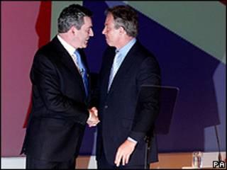 Gordon Brown e Tony Blair se cumprimentam em conferência do Partido Trabalhista em junho de 2007 (PA)