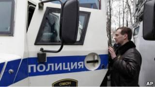 Дмитрий Медведев осматривает полицейский автомобиль