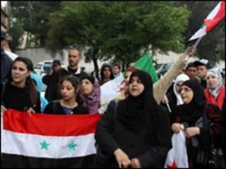 Manifestantes protestam contra violência do governo de Damasco na Embaixada da Síria na Argélia (Foto: Getty)