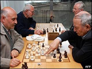 Armênios jogam xadres (arquivo - AFP)