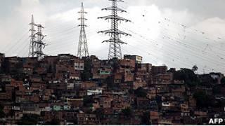 Torres de transmisión en un barrio de Caracas