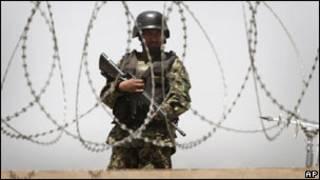 سرباز افغان در اطراف فرودگاه کابل