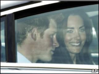 A noiva, Kate Middleton, chega à abadia com o príncipe Harry (Foto: AP)