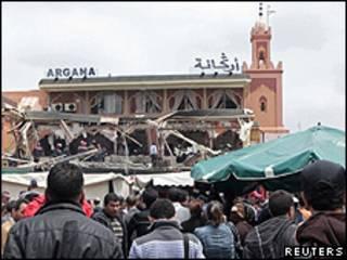 O café Argana logo depois da explosão (Reuters)