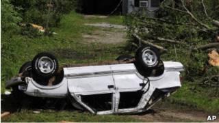 一輛被龍卷風捲走的汽車,司機據稱當場死亡(28/4/2011)