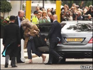Mulher 'misteriosa' entra no hotel Goring e reforça especulações sobre o vestido de Kate (Foto: Getty Images)