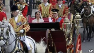 威廉和凯特婚礼结束乘马车前往白金汉宫