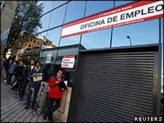 Fila para entrada em centro de empregos do governo em Madri (Reuters)