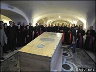 Caixão com restos de João Paulo 2º foi transferida no Vaticano (Reuters)