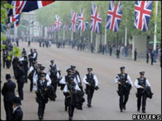 Policiais na avenida que leva ao Palácio de Buckingham, nesta sexta
