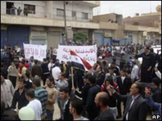 Foto enviada por manifestantes na cidade de Qamishli, nesta sexta-feira (AP)