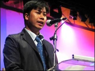 Nhà thơ Bùi Chát phát biểu tại lễ trao giải về tự do xuất bản