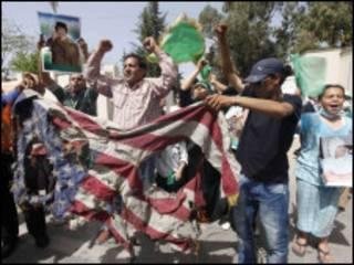 Waandamanaji nje ya makaazi ya Kanali Gaddafi