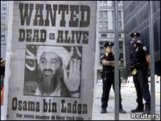 Cartaz pede captura ou morte de Bin Laden logo após ataques de 11 de setembro de 2001