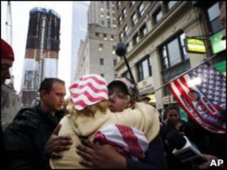 Nova-iorquinos celebram morte de Osama Bin Laden tendo ao fundo a Freeodm Tower, edificada no local que abrigava as torres gêmeas do World Trade Center (AP)