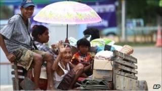 لاجئون تايلانديون يعودون إلى قريتهم