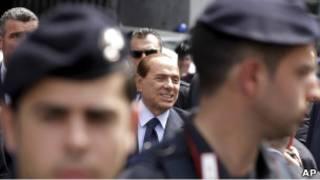 Сильвио Берлускони перед зданием суда