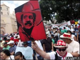 Pôster de Zelaya visto em manifestação em Tegucigalpa (Foto: Reuters)