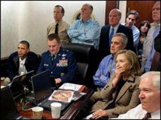 Obama e sua equipe assistem, na Casa Branca, à operação que resultou na morte de Bin Laden (Foto: Pete Souza/Casa Branca)