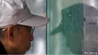 北京市民在街頭報欄看報紙(23/03/2011)
