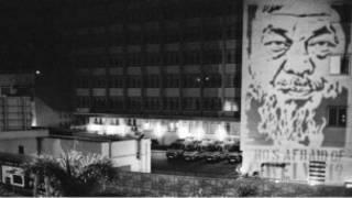 艾未未肖像被投射到駐港解放軍總部的外牆和香港警察總部大樓
