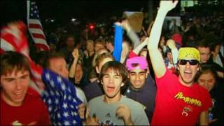 Americanos comemoram morte de Bin Laden em frente à Casa Branca (Foto: BBC)