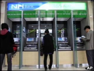 Caixas eletrônicos do banco NongHyup, em Seul.