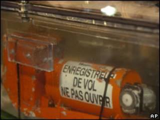 Caixa preta do voo AF 447 selada para o transporte até a França
