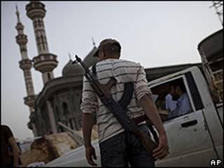 Rebelde em um posto de checagem na cidade de Misrata (AP)