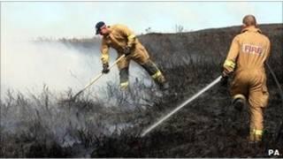 消防隊員努力灑水